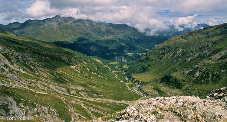 Dal, sentiero del Lago di Verva la valle omonima scende verso la Val Viola