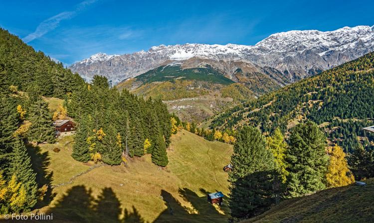 Baite Calvarana, Sullo sfondo Madonna dei Monti in Valfurva e le Creste di Reit e del Cristallo