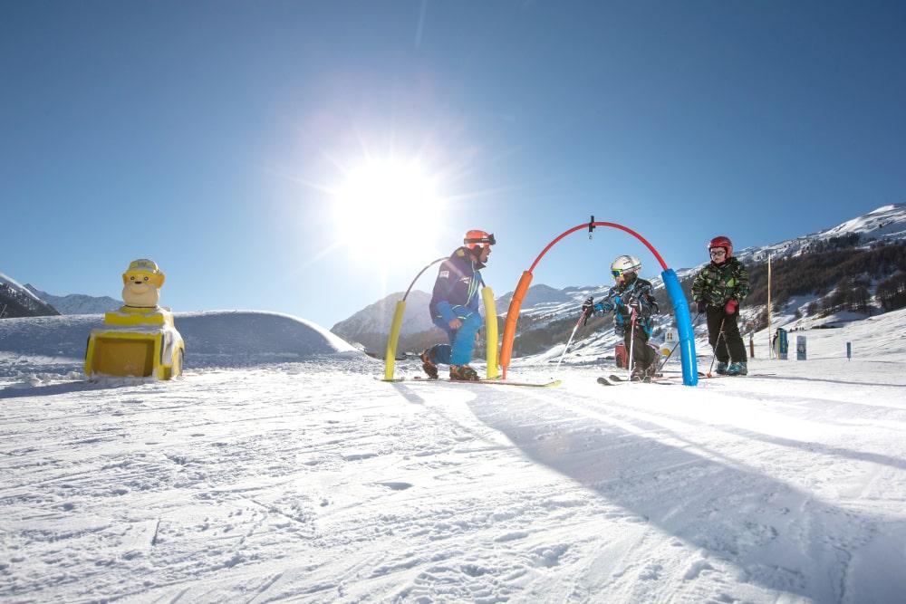 Imparare a sciare divertendosi: in Valtellina sono numerose le scuole sci che organizzano corsi per i bambini