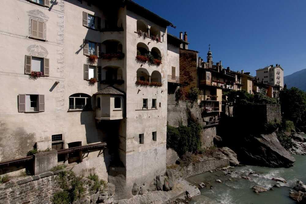 Blick vom Fluss Mera auf die Stadt Chiavenna