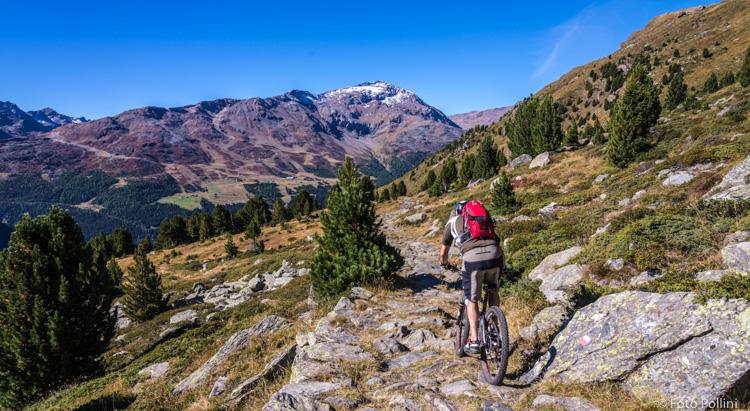 Pedalando verso le Baite di Ables, sullo sfondo il Monte Sorbetta