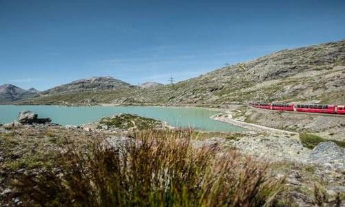 Il Trenino Rosso del Bernina attraversa paesaggi mozzafiato, tra cui il lago Bianco