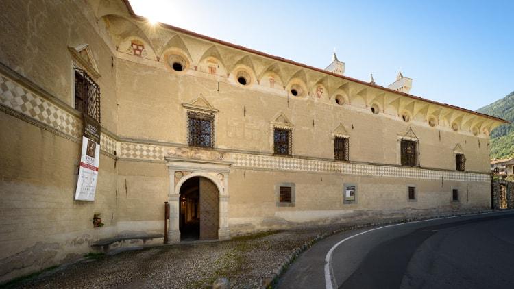 Palazzo Besta, a Teglio, è uno dei più importanti palazzi storici della Valtellina con lo spettacolare cortile interno e le sue stanze raffiguranti scene dell'Eneide