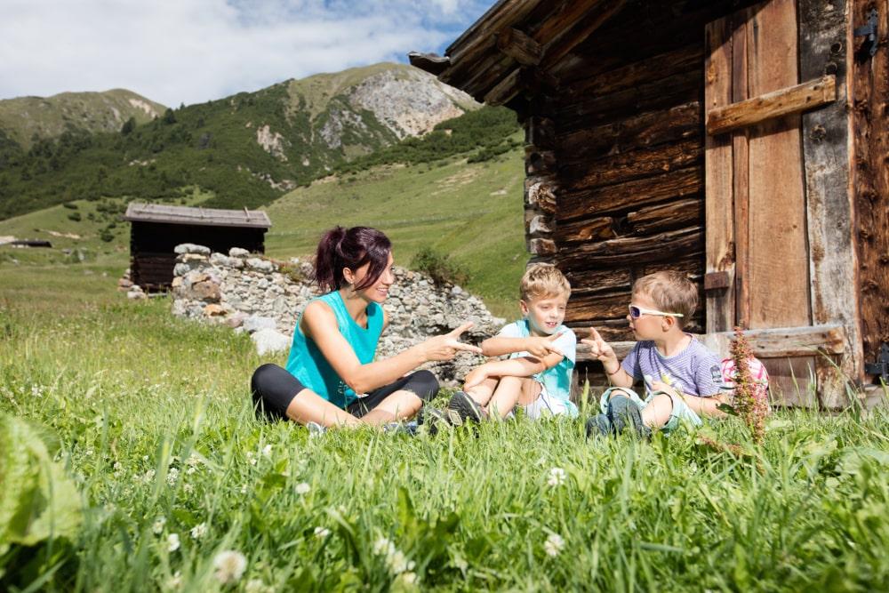 Aria pura e paesaggi naturali incantevoli: gli ingredienti ideali per una vacanza in montagna con bambini
