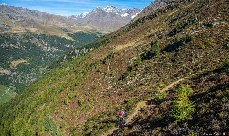 I primi tornanti della Romantica, sullo sfondo il Monte Cevedale