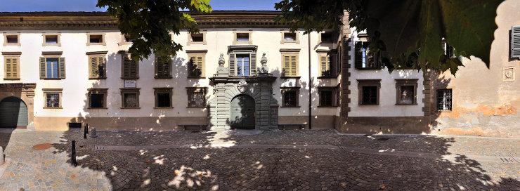 Palazzo Salis, a Tirano, fu costruito fra il 1600 e il 1690, fu dimora della nobile famiglia Salis von Zizers, governatori e podestà grigionesi della Valtellina