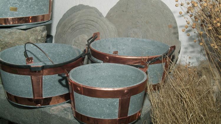 Estratta in Valmalenco e Valchiavenna, la pietra ollare viene utilizzata per svariati usi in Valtellina, in primis per i lavecc e le piode