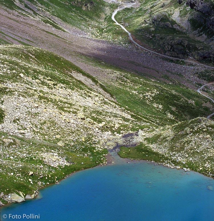 In primo piano il Lago Calosso. Sullo sfondo il Passo Verva