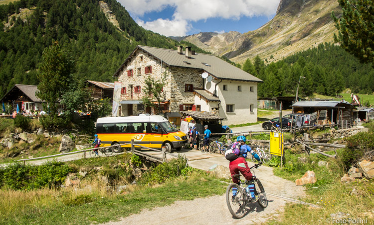 I bikers e l'Autopostale al Rifugio Campo