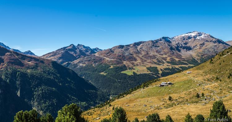 A sinistra la valle del Gavia, a destra il Monte Sobretta