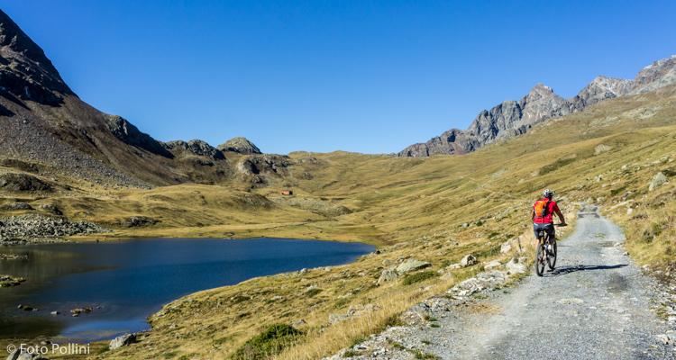 Verso il Passo. Il lago Viola e il Rifugio