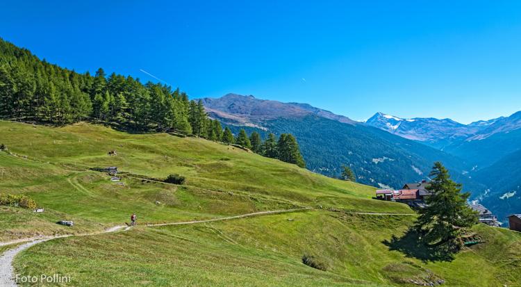 Arrivo a Plazzanecco in Valfurva. Sullo sfondo il Monte Confinale e il Pizzo Tresero