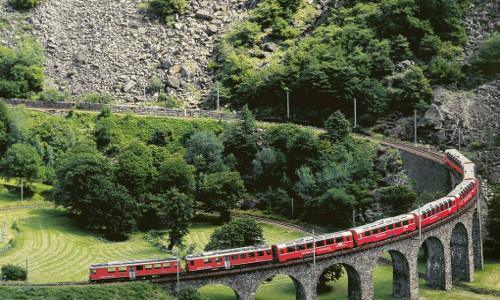 Il viadotto di Brusio, in Svizzera, è sicuramente uno dei simboli della tratta Tirano - St. Moritz del Trenino Rosso del Bernina