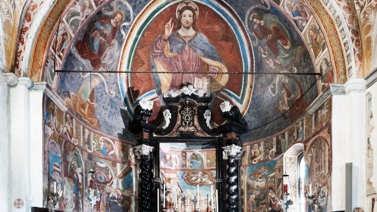 Sul versante retico della Valtellina, alle porte di Sondrio, arroccato su uno sperone di roccia sorge il Santuario della Sassella