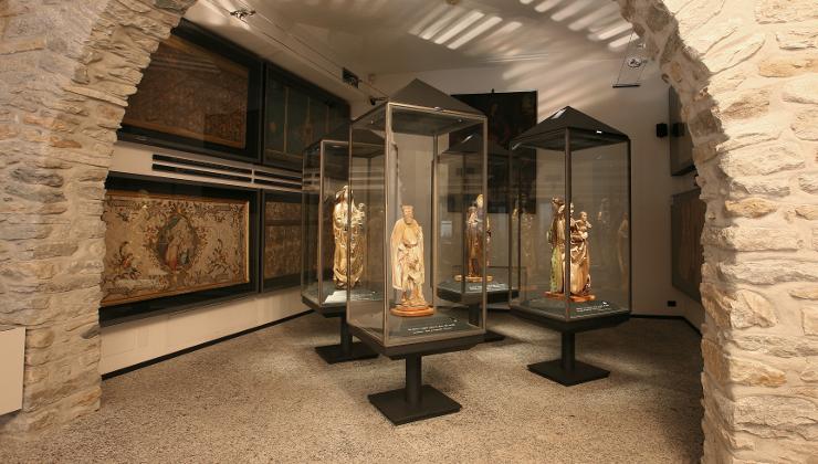 A Chiavenna, il Museo del Tesoro conserva un vasto corredo di paramenti e arredi sacri e un rarissimo codice musicale del XI secolo