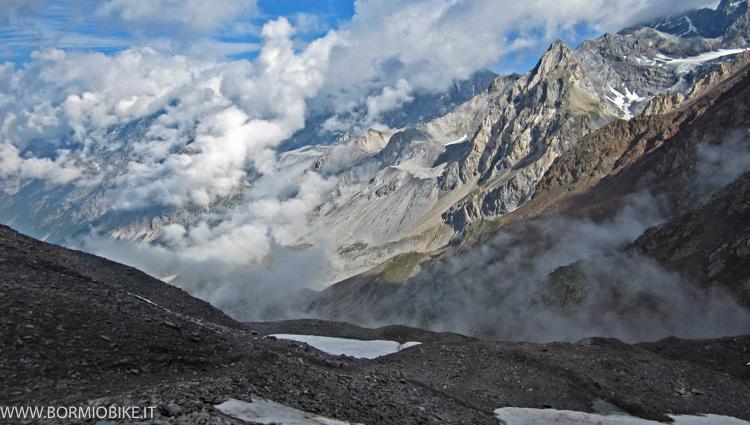 Da sotto il Passo Zebru, la valle tra le nuvole