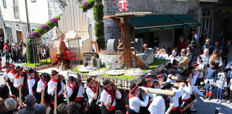 I Pasquali di Bormio: elaborate portantine a tema religioso preparate dalla popolazione locale durante l'inverno e portate in sfilata il giorno di Pasqua