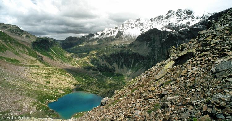 In primo piano il Lago Calosso. Sullo sfondo il Passo Verva e le creste che salgono verso la Cima Piazzi