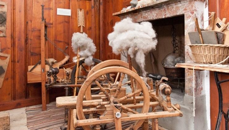 Tra le sale del Museo Civico di Bormio, interessante quella che propone una raccolta di filatoi, a testimonianza dell'importante attività tessile femminile del passato