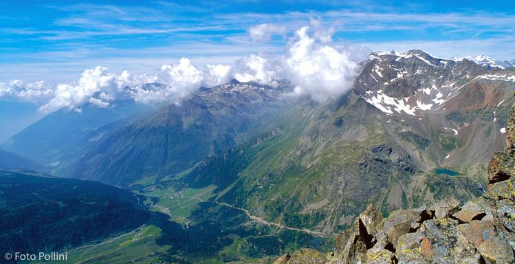 Dalla Cima del Sasso Maurigno la strada del passo Verva scende in Val Grosina