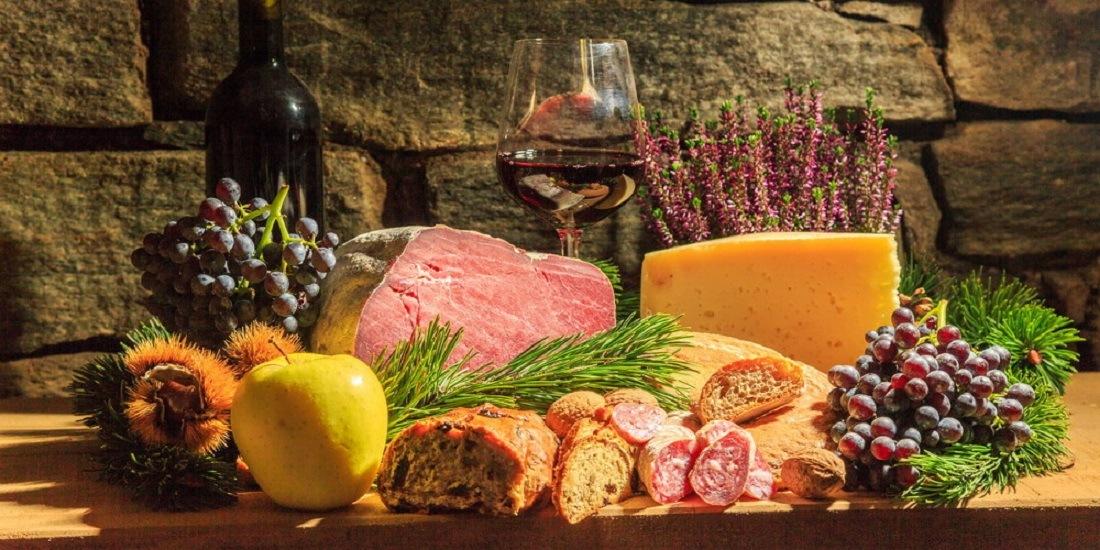 In autunno numerosi sono gli eventi enogastronomici in Valtellina, l'ideale per scoprire prodotti e piatti tipici come pizzoccheri, vini rossi e formaggi